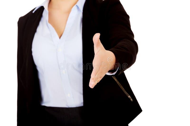 Femme d'affaires avec une main ouverte prête pour la poignée de main photographie stock