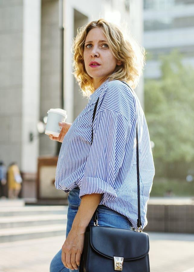 Femme d'affaires avec une tasse de café image libre de droits
