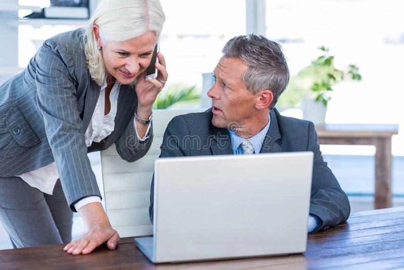 Download Femme D'affaires Ayant L'appel Téléphonique Et Regardant L'ordinateur Portable Photo stock - Image du caucasien, affaires: 56481480