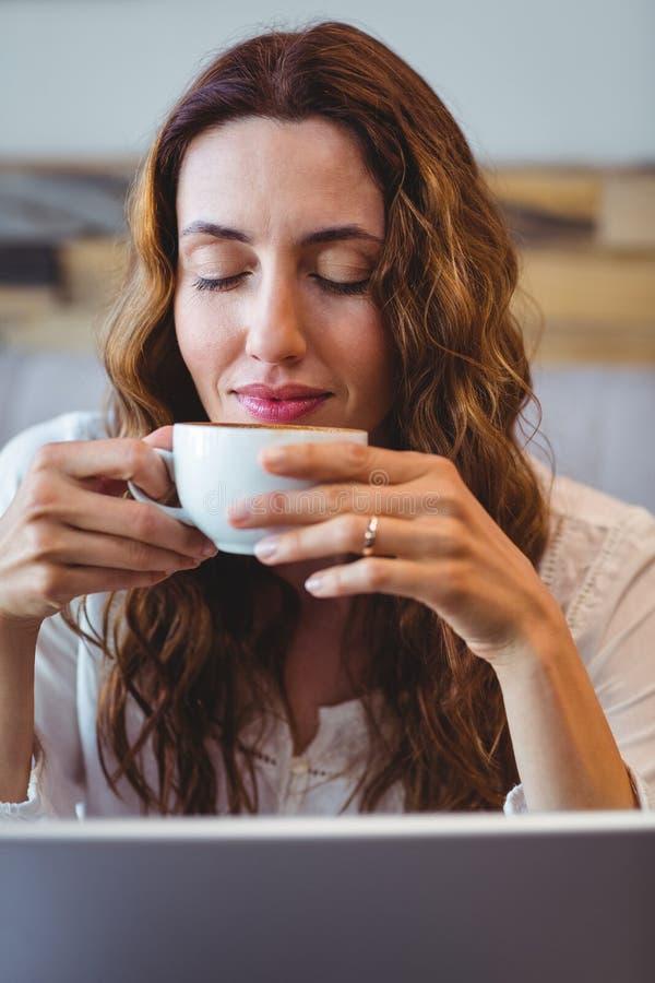 Download Femme D'affaires Ayant Le Café Image stock - Image du loisirs, noir: 56485369
