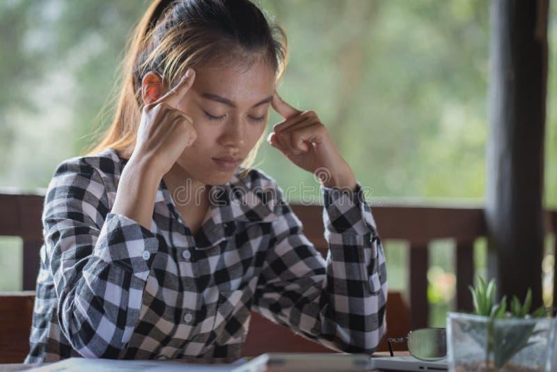 Femme d'affaires ayant le mal de tête tout en travaillant utilisant l'ordinateur portable Comput photos libres de droits