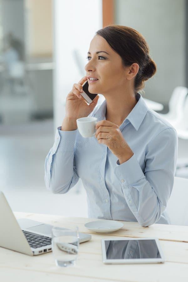 Femme d'affaires ayant une pause-café photos stock