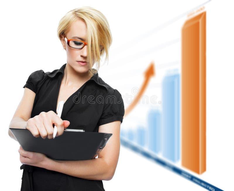 Femme d'affaires blonde avec l'échelle de croissance photographie stock