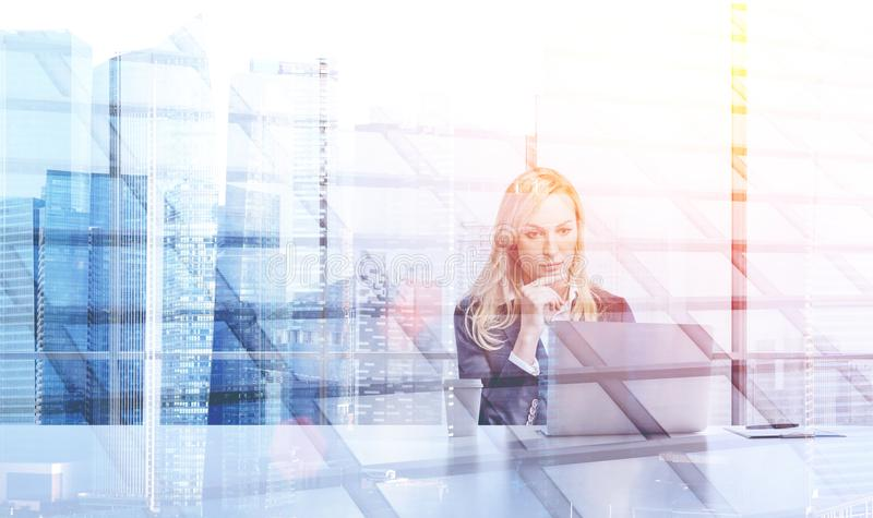 Femme d'affaires blonde dans le bureau panoramique, double illustration de vecteur