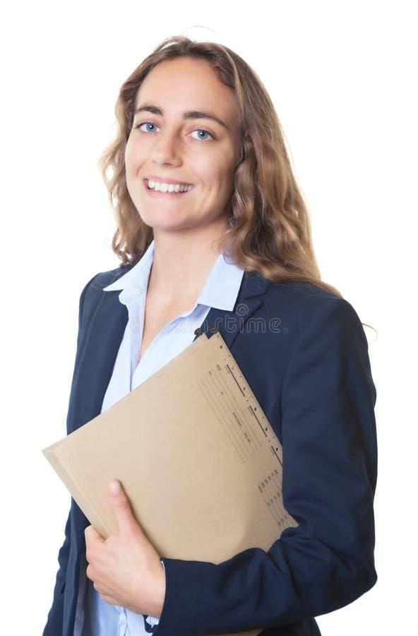 Femme d'affaires blonde riante avec les yeux bleus et le blazer et le dossier image stock