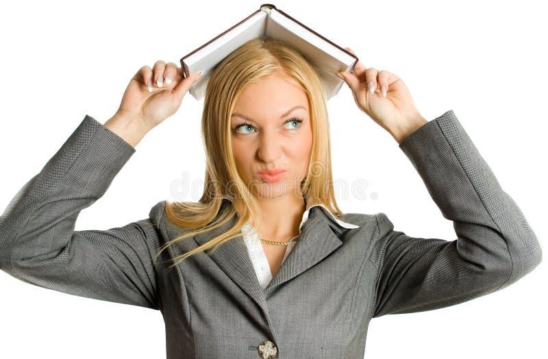 Femme d'affaires blonde sous le livre d'isolement photos libres de droits