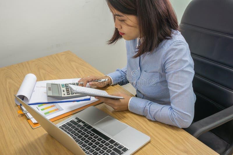 Femme d'affaires calculer le nombre financier sur la calculatrice photographie stock