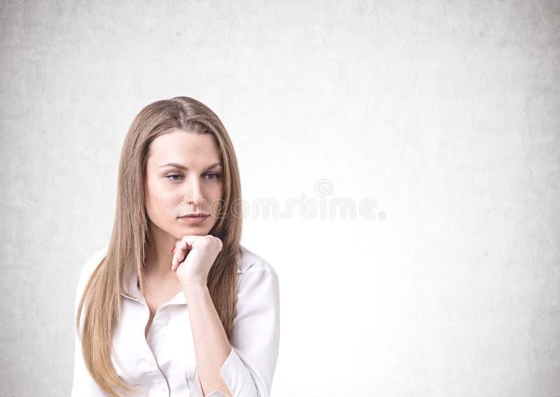 Femme d'affaires caucasienne blonde réfléchie, fausse  photos stock