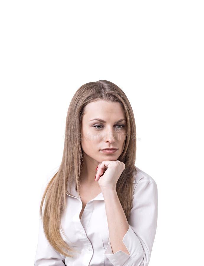 Femme d'affaires caucasienne blonde réfléchie, d'isolement images libres de droits