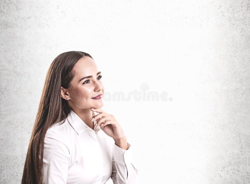 Femme d'affaires caucasienne de pensée de sourire, fausse  image stock