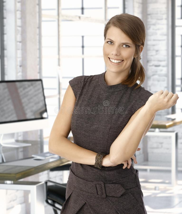 Femme d'affaires caucasienne heureuse au bureau photos libres de droits