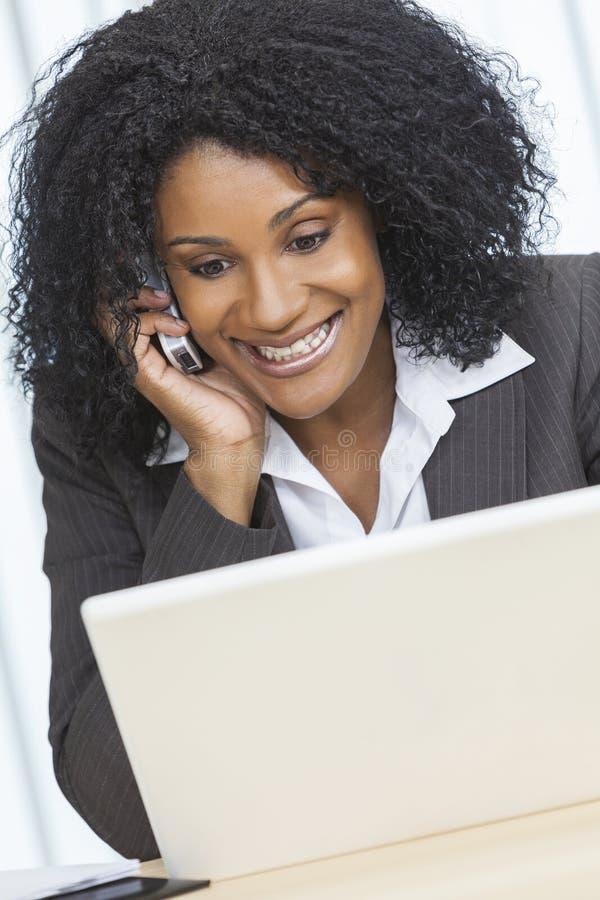 Femme d'affaires Cell Phone Laptop de femme d'afro-américain photographie stock