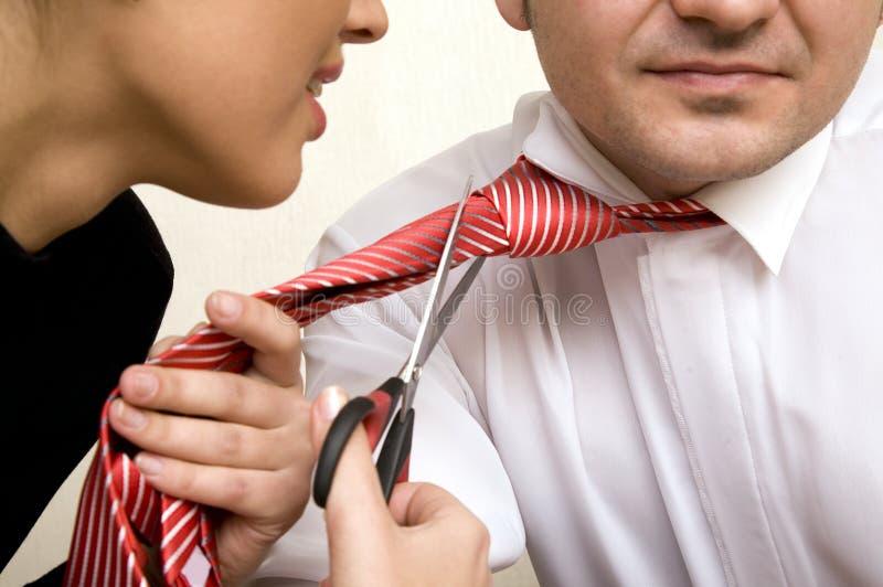 Femme d'affaires chargée avec des ciseaux photographie stock