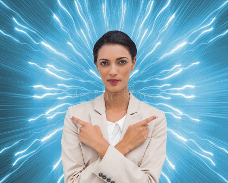 Femme d'affaires charismatique avec ses bras croisés et le pointage de doigts illustration de vecteur