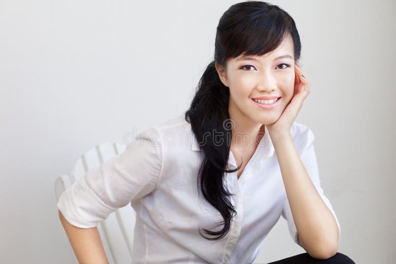 Femme d'affaires chinoise attirante et belle photos libres de droits