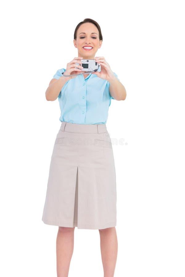 Femme d'affaires chique heureuse prenant la photo d'elle-même image libre de droits