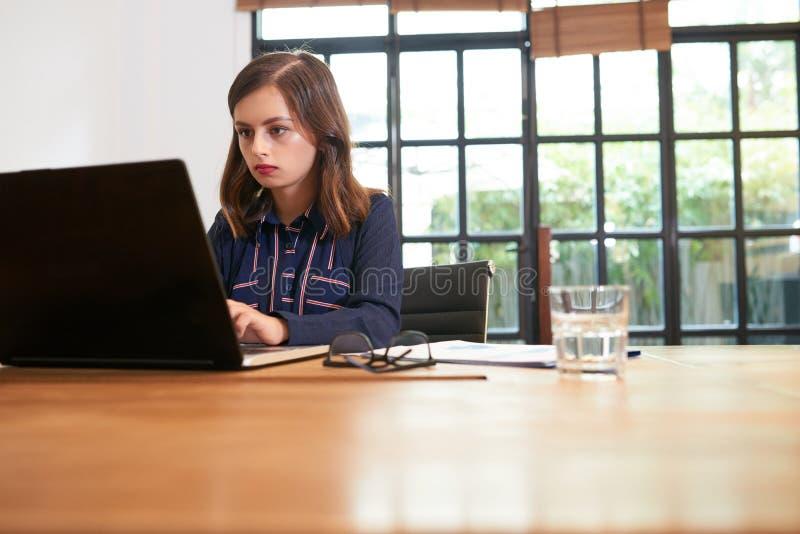 Femme d'affaires concentrée sur le travail image stock