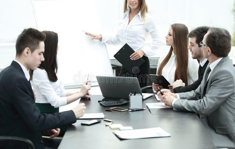 Femme d'affaires conduisant une présentation pour des collègues d'affaires image stock