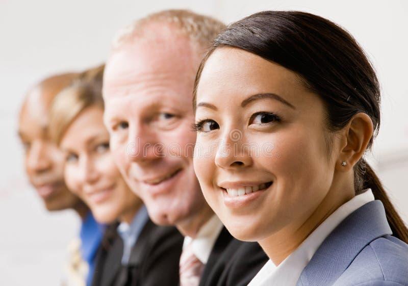 Femme d'affaires confiante avec des collègues photo stock