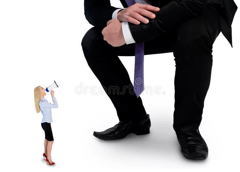 Femme d'affaires criant sur le mégaphone au patron image libre de droits