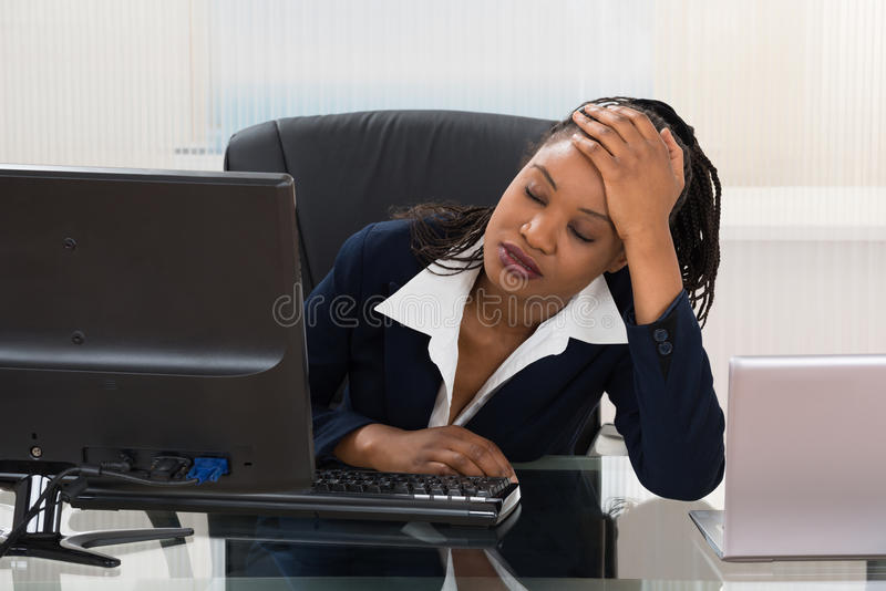 Femme d'affaires déprimée photographie stock libre de droits