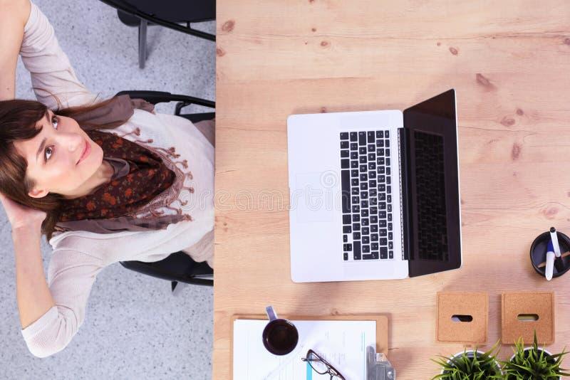 Femme d'affaires détendant avec des mains derrière elle images libres de droits