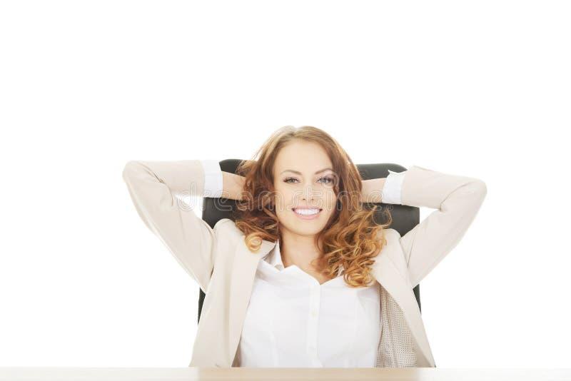 Femme d'affaires détendant dans le bureau photographie stock