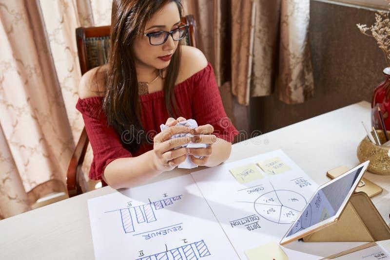 Femme d'affaires développant le nouveau plan d'action au bureau photos stock