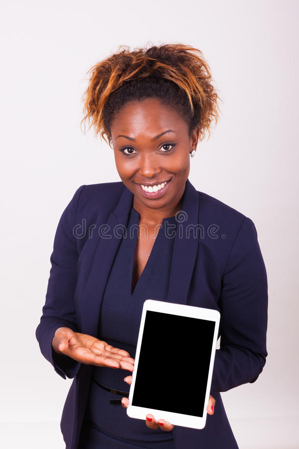 Femme d'affaires d'afro-américain montrant un comprimé tactile photo libre de droits