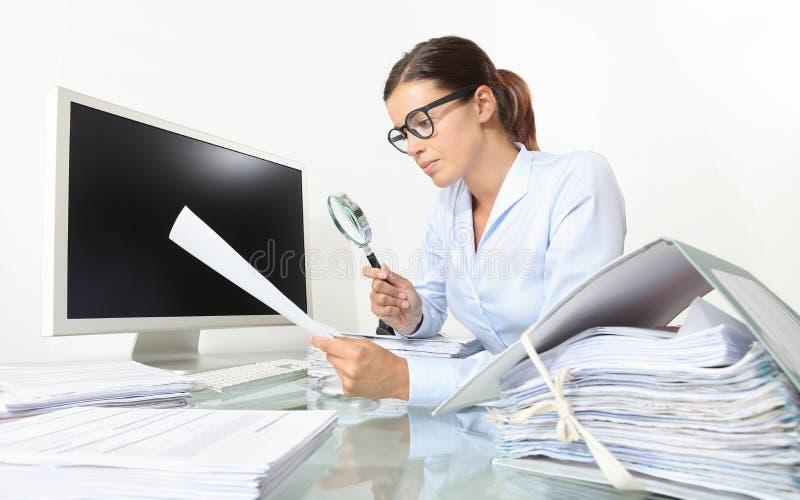 Femme d'affaires dans des documents et des contrats de contrôle de bureau avec le magnétique image stock