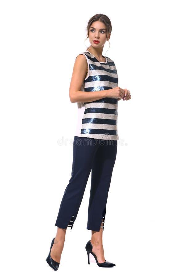 Femme d'affaires dans des vêtements formels d'isolement sur le blanc photo stock