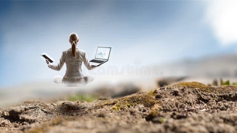 Femme d'affaires dans la pose de lotus Media mélangé illustration libre de droits