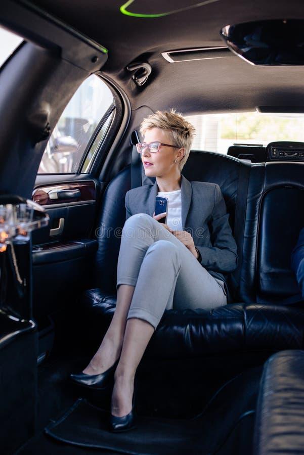 Femme d'affaires dans la séance de limousine image libre de droits