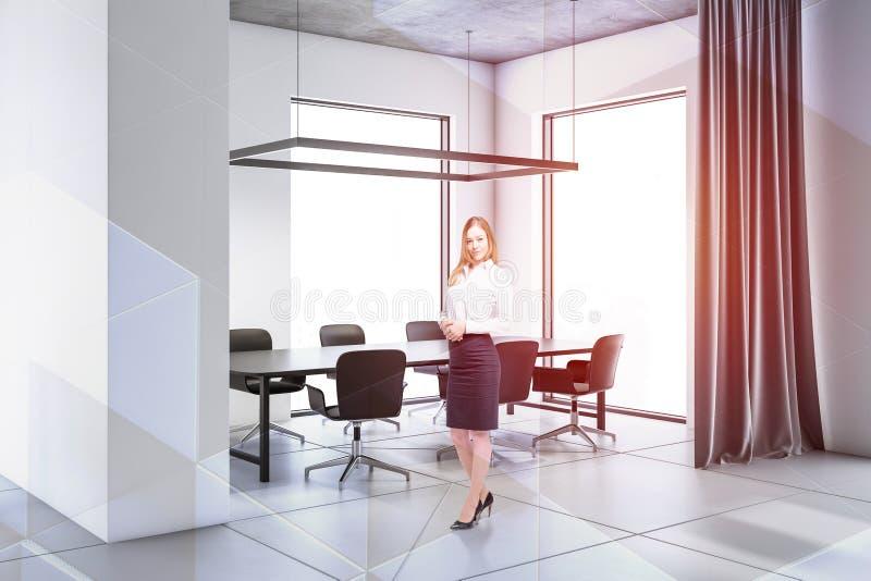 Femme d'affaires dans la salle de conférence blanche photographie stock libre de droits