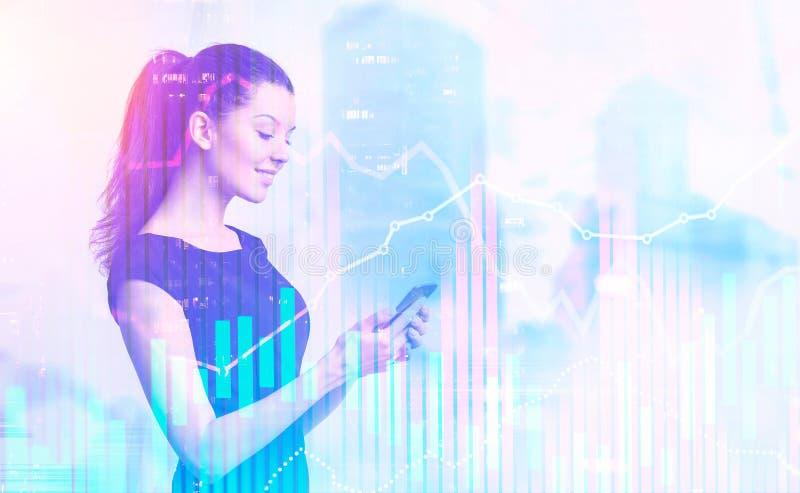 Femme d'affaires dans la ville brumeuse, graphiques de forex image stock