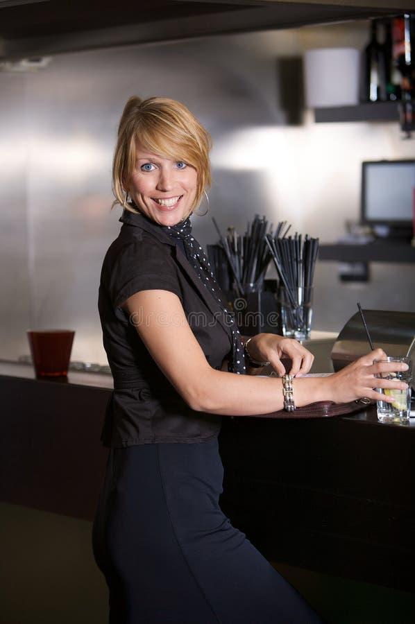 Femme d'affaires dans le bar image libre de droits