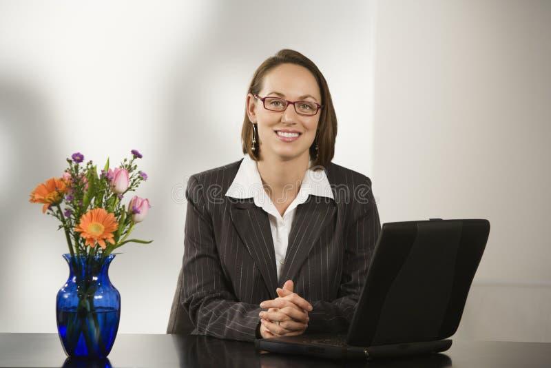 Femme d'affaires dans le bureau. photo stock