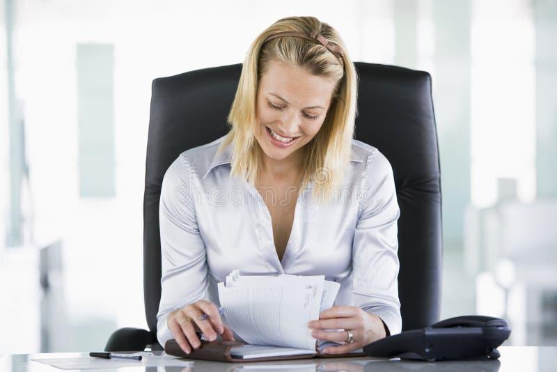 Femme d'affaires dans le bureau image stock