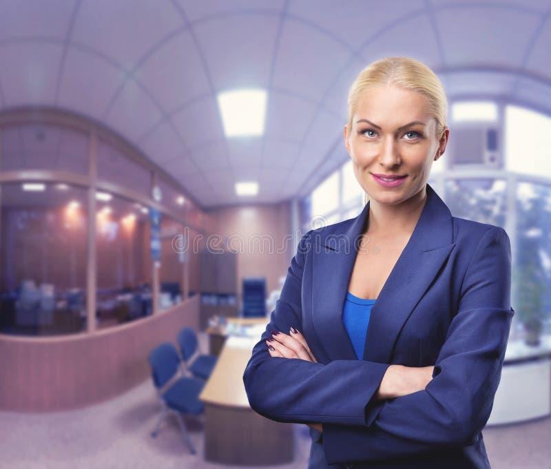 Femme d'affaires dans le bureau photographie stock libre de droits