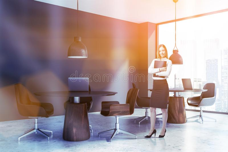 Femme d'affaires dans le bureau coworking gris images libres de droits