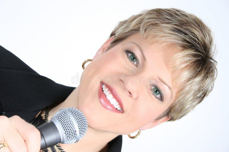 Femme D Affaires Dans Le Noir Avec Le Microphone Photo stock