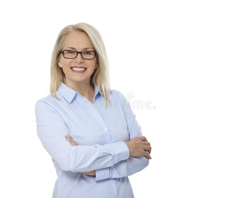 Femme d'affaires dans les verres et la chemise bleue d'isolement sur le blanc Jolies femmes heureuses images libres de droits