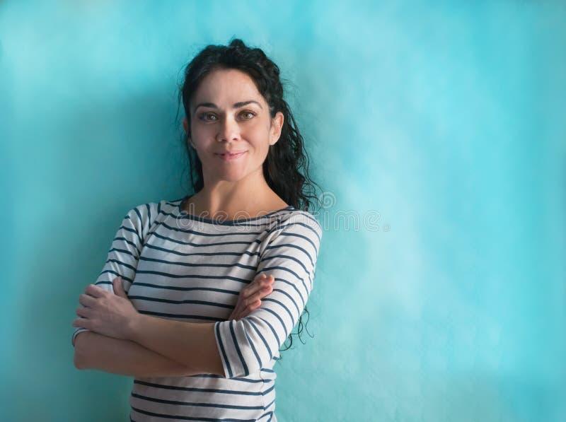 Femme d'affaires de brune au-dessus du regard de sourire d'isolement de fond à la caméra photo libre de droits