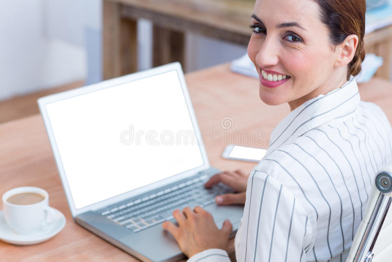 Download Femme D'affaires De Brune Souriant Utilisant L'ordinateur Portable Image stock - Image du caucasien, lumineux: 56484043