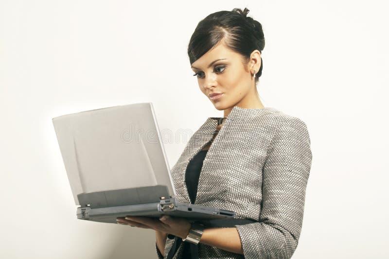 Femme d'affaires de Brunet avec l'ordinateur portatif images libres de droits