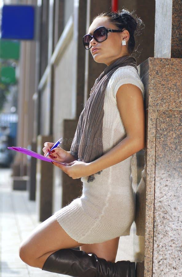 Femme d'affaires de Brunette avec le dépliant rose photo libre de droits