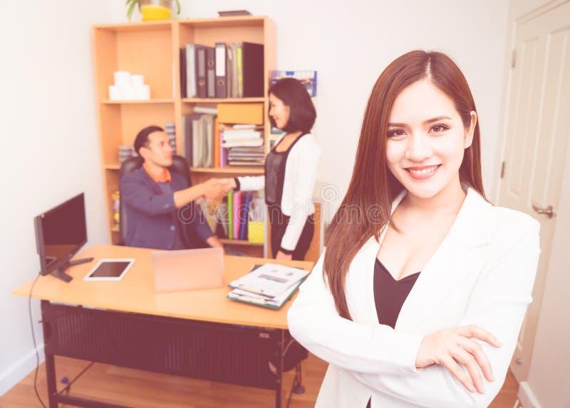 Femme d'affaires de confiance dans les affaires blanches de portrait offic photos libres de droits