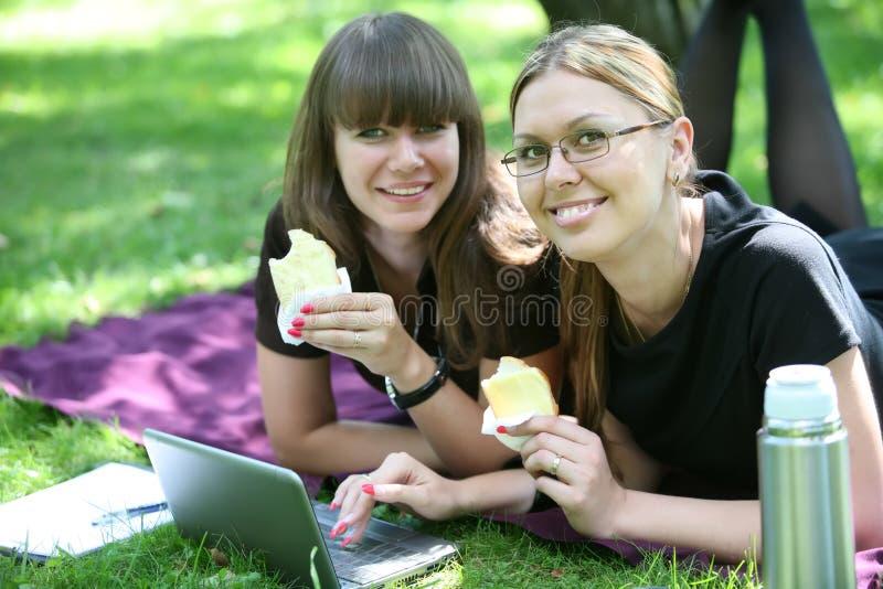 Femme d'affaires de deux jeunes avec l'ordinateur portatif image stock