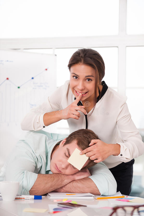 Femme d'affaires de métis collant l'autocollant dessus image libre de droits