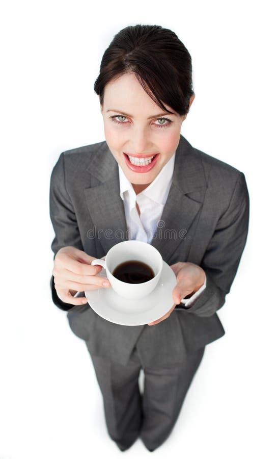 Femme d'affaires de pétillement buvant une cuvette de café photographie stock